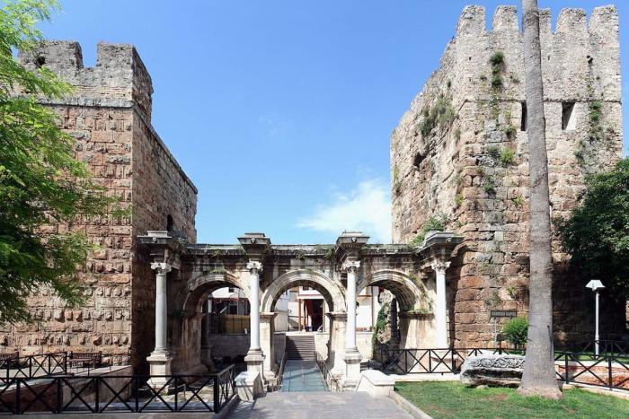 Погода в Анталии в октябре - Резиденция императора Адриана