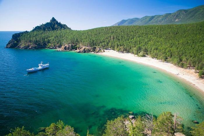 Байкал, Вода здесь бирюзовая, а пляжи чистые