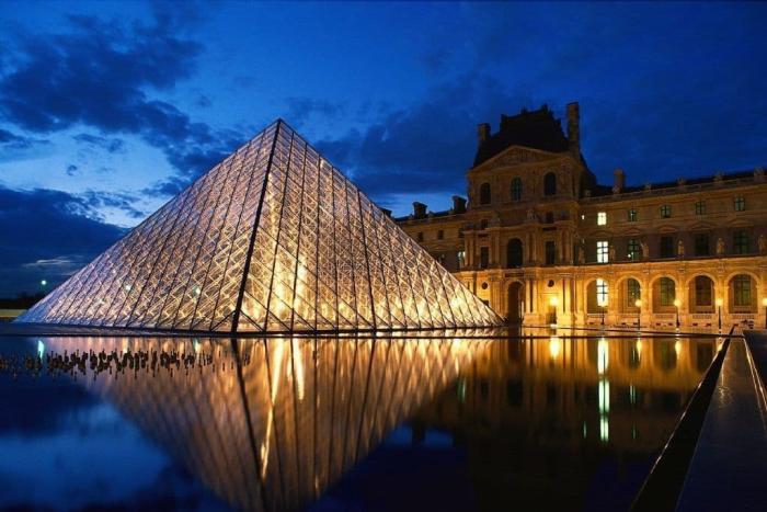 Франция, Лувр - один из крупнейших музеев мира