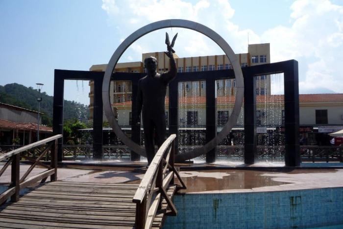 Погода в Кемере в марте - фонтан-памятник на центральной площади