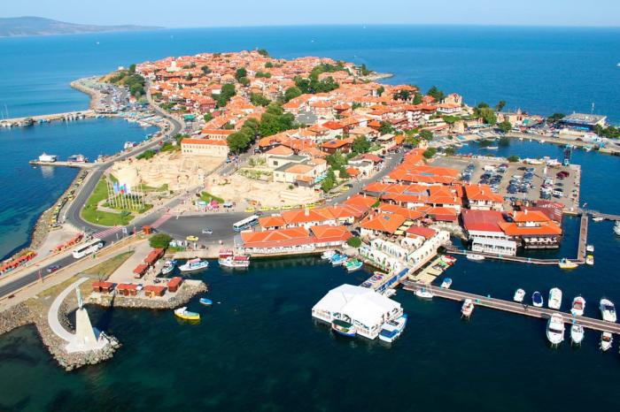 Болгария, Множество каменных домов с черепичной крышей