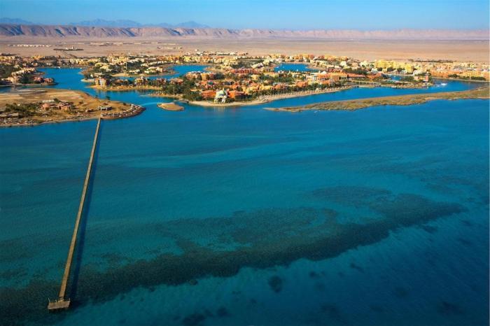 Египет, Курорт Эль Гуна расположен на каналах, в которых можно купаться